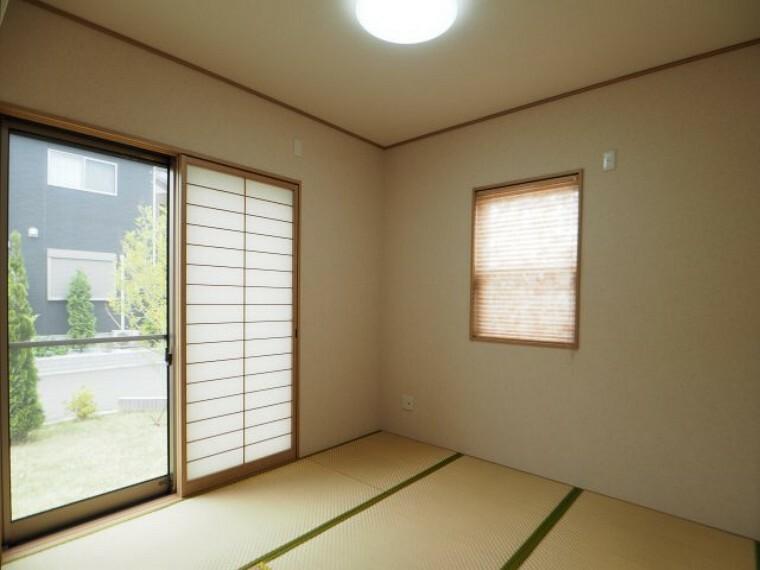 和室 4.5帖の和室は南向き+2面採光!お昼寝スぺ-スやキッズスペースにもちょうどいい広さです