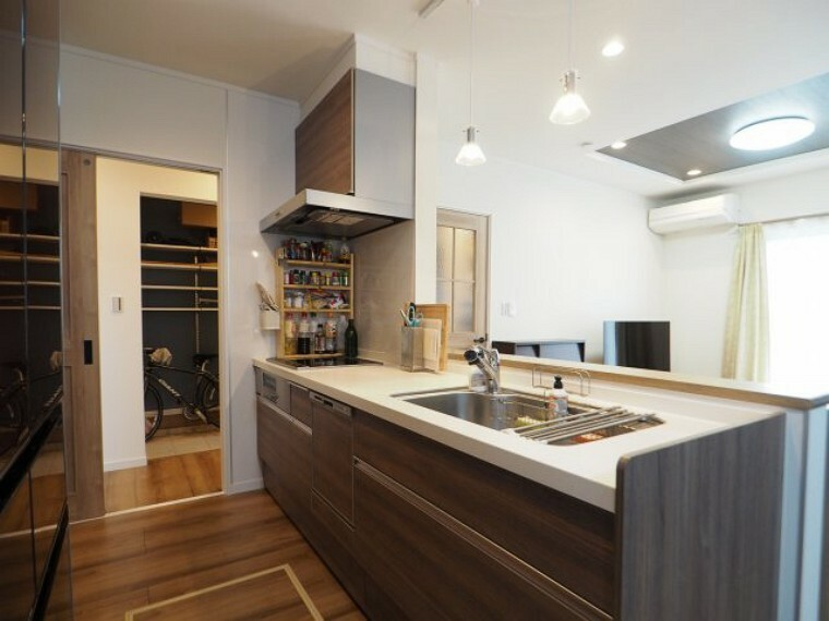 キッチン オープンキッチンは全体が見渡せるので、家事をしながらでも家族の様子が確認できて安心です