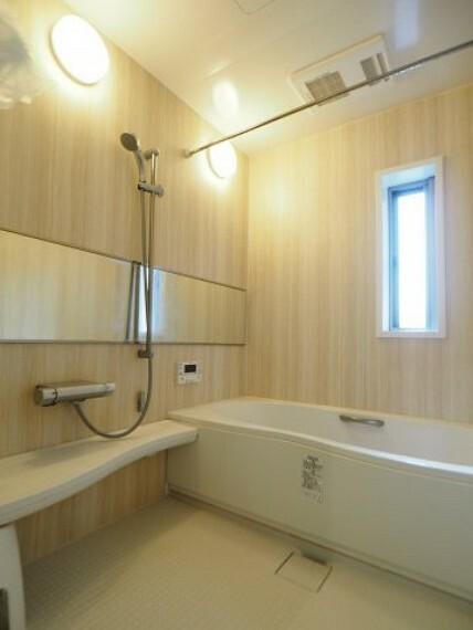 浴室 木彫のパネルが癒しの空間を演出してくれる、一坪ユニットバス!