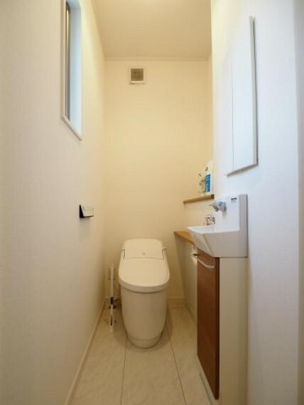 トイレ 手洗い場が付いており、タンクレスのトイレです!