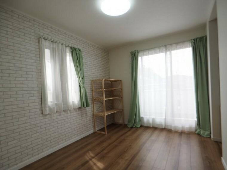 洋室 6帖の洋室は、ベッドとデスクを置いても余裕の広さです!