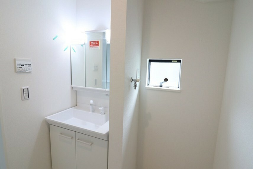 洗面化粧台 洗髪もできるシャンプードレッサー。洗面所内には洗濯機置場もあります。