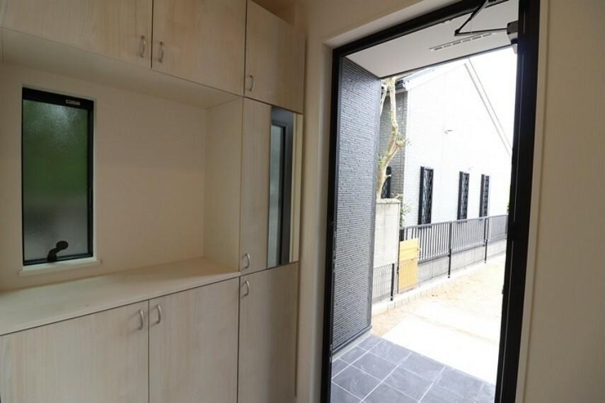 玄関 豊富な収納スペース。 ご来客時も綺麗に片付いた玄関でお迎えできますね。