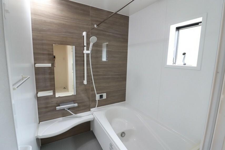 浴室 窓付き・浴室乾燥機つきの機能的なシステムバスルーム。