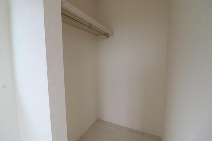 ウォークインクローゼット ウォークインクローゼットは扉のないセミオープンタイプ。 湿気のこもりにくい仕様です。