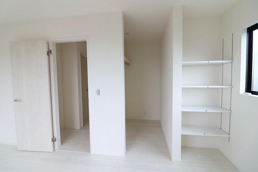 ウォークインクローゼット 7.7帖洋室のウォークインクローゼットと可動棚です。たっぷりしまえて居住スペースもすっきり