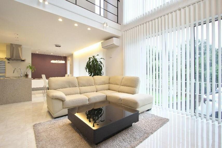 居間・リビング 24帖以上の広々リビングは自然とご家族が集まる空間