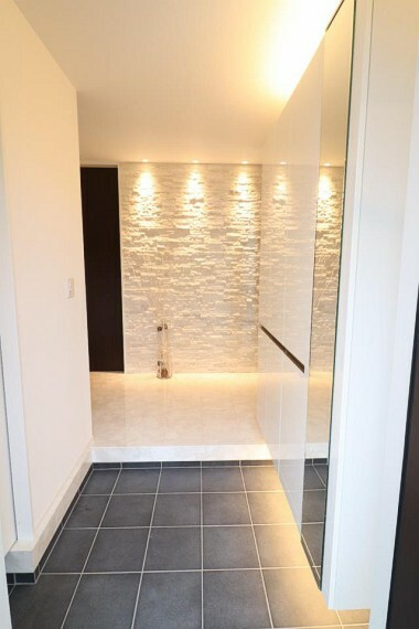 玄関 オシャレな照明で明るい玄関は収納もあるのでスッキリした衛生的な空間を保てそう