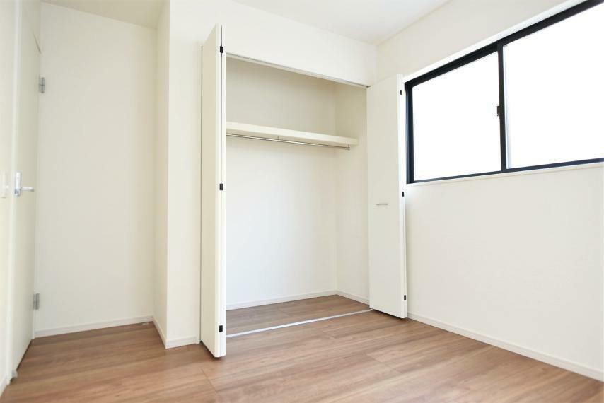 洋室 同社施工例。各部屋を最大限に広く使って頂ける様、全居住スペースに収納付。プライベートルームをゆったりと快適にお使いいただけます。
