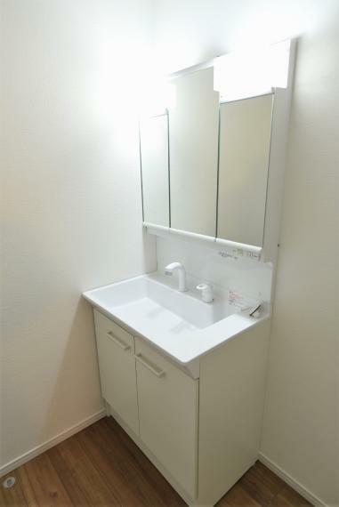 洗面化粧台 同社施工例。お手入れしやすいシャワー機能付洗面化粧台。大きな鏡で朝の準備もスムーズにできます。