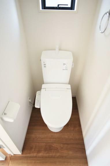 トイレ 同社施工例。温水洗浄便座仕様。小窓があり明るく通気性のあるトイレ。