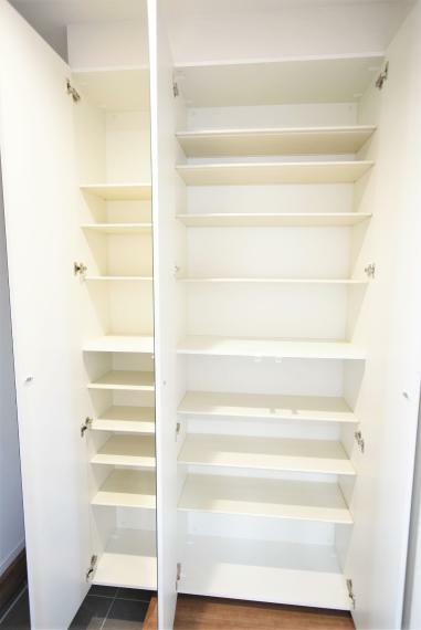 玄関 同社施工例。ファミリー向けの安心の広さと、大型のシューズクローゼットをご用意。