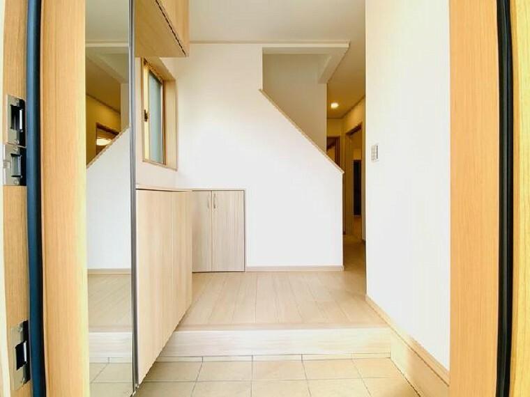 A号棟 玄関~内覧できます~・・・広い玄関には、コの字型のシューズボックスが備え付けられおよそ40~50足の靴の格納が可能です。広い玄関ホールはゆとりある空間となっております!