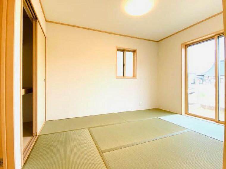 A号棟 和室~内覧できます~・・・リビングと繋げることのできる6帖の和室は客室やリビングの一部など様々な用途で使うことができて便利です!日当たりも良好です!