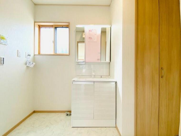 洗面室 A号棟 ~内覧できます~・・・洗面室には収納を設置!可動式の棚はタオルやお着替えなどを常備しておくことができるためとても便利です!