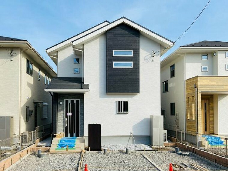 現況外観写真 B号棟 建物外観写真・・・隣家との調和を考えつつも、モダンな外観デザインを取り入れ、重厚感ある外観となっております。
