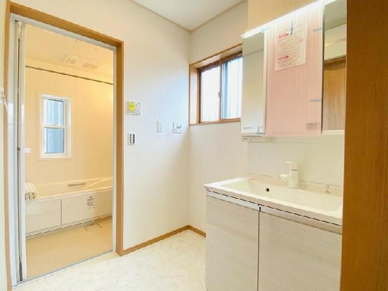 C号棟 洗面室~内覧できます~・・・収納たっぷりの洗面所には3面鏡もあります!朝の準備もはかどりますね。