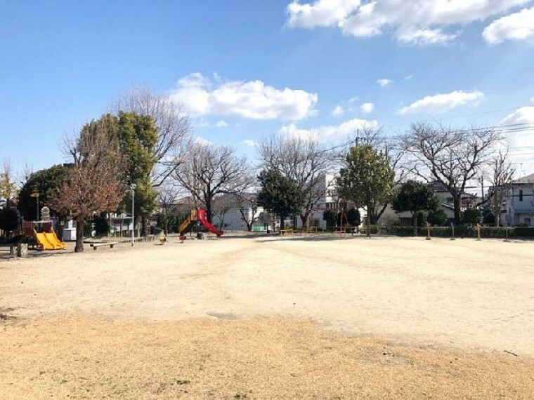 ひがし公園・・・徒歩4分で行ける公園。お子様の遊び場や、ペットのお散歩コースになりそうですね。