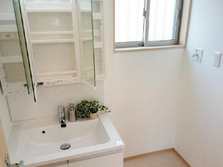 A号棟 洗面室~同仕様施工例~・・・収納たっぷりの洗面所には3面鏡もあります!朝の準備もはかどりますね
