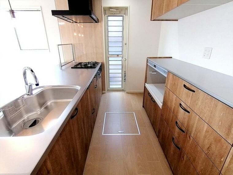 キッチン カフェスタイルキッチンにカップボードが付いて、毎日のお料理が楽しくなりそうです。また、キッチンから短い導線で洗面所・浴室へ移動でき、女性目線の使いやすい洗濯家事動線のある間取りです ■多摩市聖ヶ丘3 新築一戸建て■