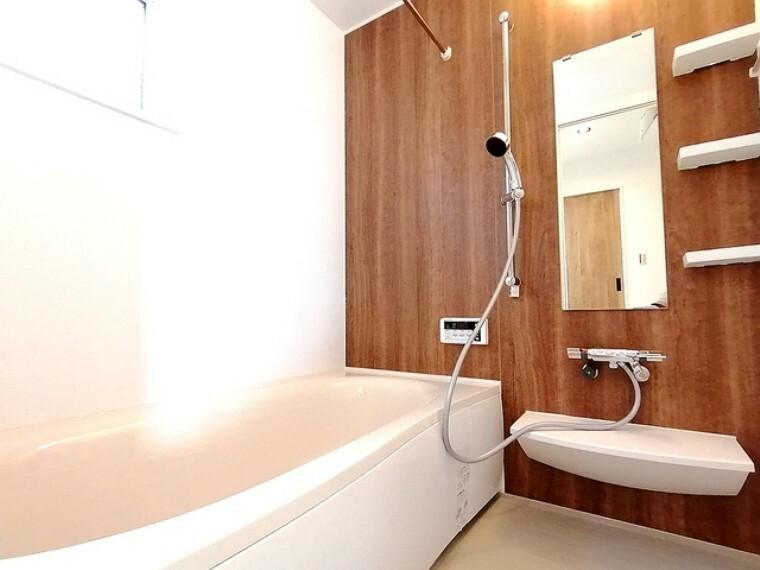 浴室 一日の疲れを癒すバスルーム。ゆったりとリラックスできる一坪タイプです。カビの発生を抑制し、雨の日の洗濯物の乾燥にも便利な浴室換気暖房乾燥機を標準装備しています。 ■多摩市聖ヶ丘3 新築一戸建て■