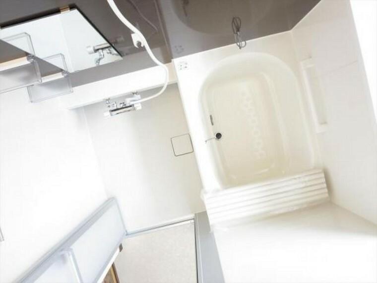 浴室 (同仕様写真)浴室は 新品のユニットバスに交換します。温度を設定したら、湯はり、追い焚き、保温がリモコンで操作できて、残業で遅くなっても温かなお風呂に入れます。
