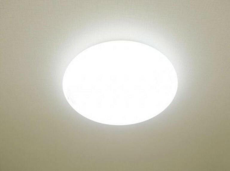 (リフォーム済)全室照明器具を交換しました。リモコンタイプを設置しましたので、お休みの際はお布団に入ったままで消灯できますよ。
