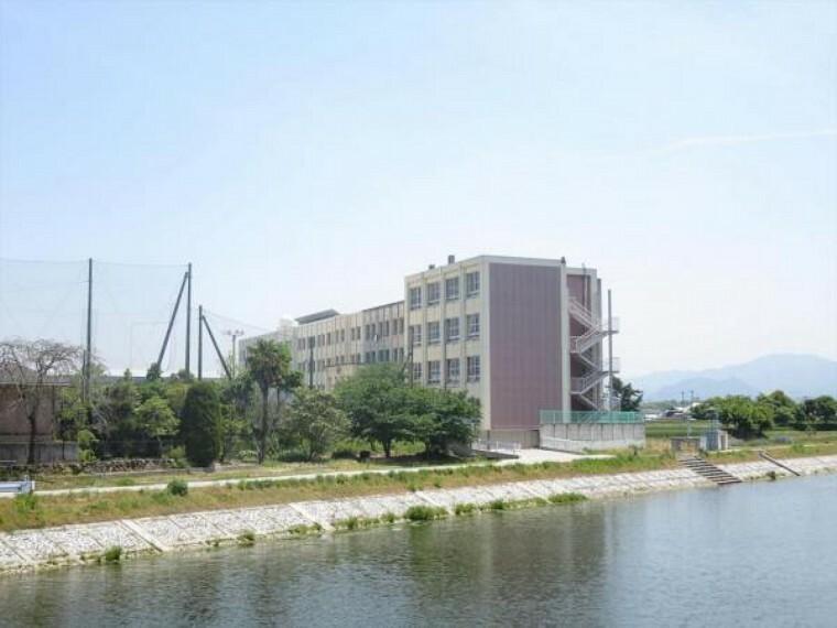 小学校 川島小学校まで500m、徒歩7分です。主体的に行動する児童の育成を教育目標としています。(令和3年度現在)