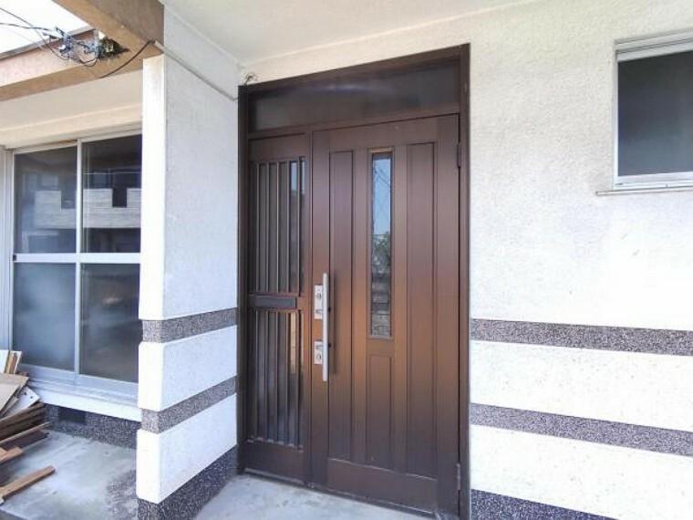 玄関 (リフォーム中写真5/30撮影)玄関ドアは鍵の交換を行います。シリンダごと交換し、以前の鍵は合わなくなりますので安心して生活できますよ。
