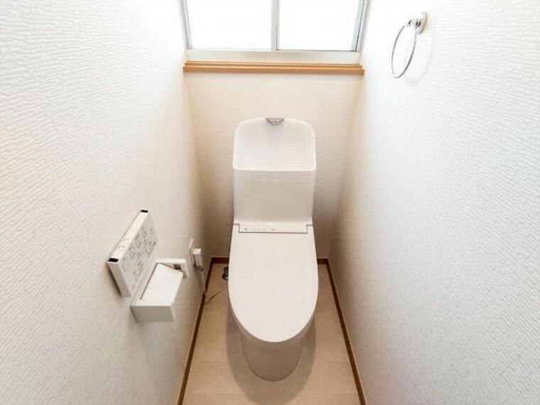 トイレ (リフォーム済)トイレは天井・壁のクロスを貼り替え床を水に強くお手入れしやすいクッションフロア貼りにしました。温水洗浄付き便器に交換も行い清潔に仕上げています。