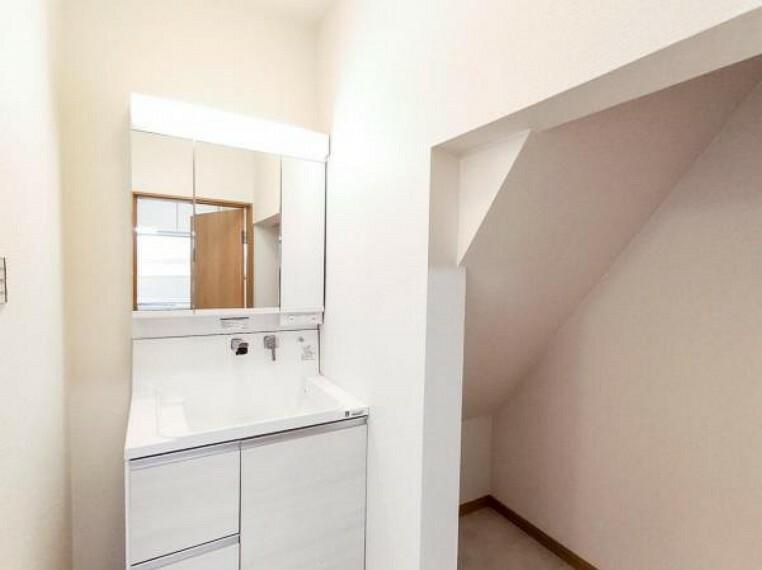 洗面化粧台 (リフォーム済)洗面台は新品交換しました。伸縮する便利なシャワーヘッドに加え、鏡の後ろの収納スペースで、整髪料などの小物も取り出しやすく散らかりません。