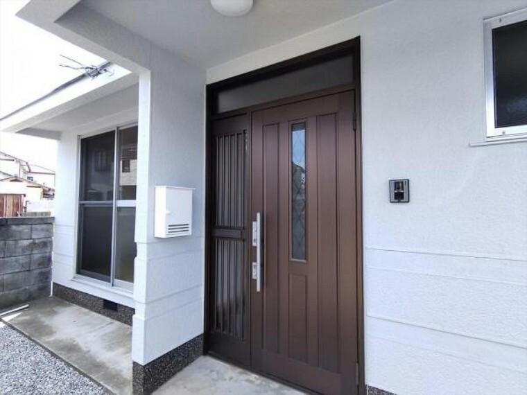 玄関 (リフォーム済)玄関ドアは鍵の交換を行いました。シリンダごと交換し、以前の鍵は合わなくなりましたので安心して生活できますよ。