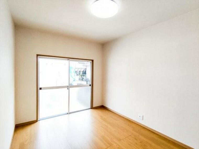 (リフォーム済)1階6帖洋室は天井・壁をクロス貼りにし、床材を貼替しました。ベニヤの茶色から白っぽいクロス貼りになり明るいお部屋になりましたよ。