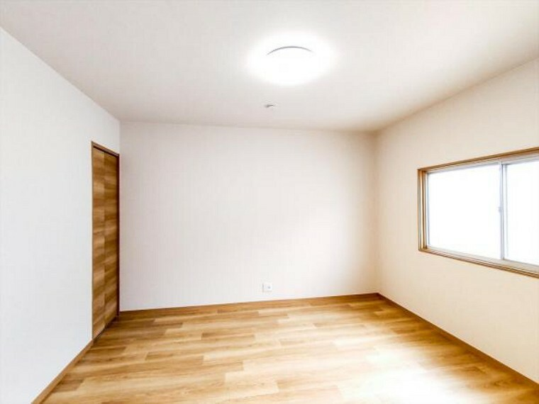 (リフォーム済)2階8帖洋室は天井・壁をクロス貼りにし、床材を貼替しました。2間続きから個室に変更し、プライベートも確保できます。