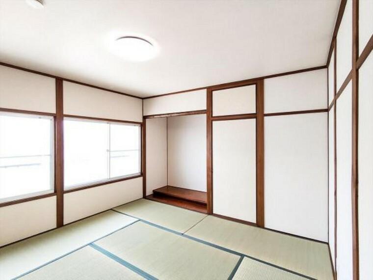 (リフォーム済)2階の6畳和室は天井、壁をクロス貼りにし、畳を表替え・襖を貼替しました。新しい畳の匂いで心地良い眠りにつけそうですね。