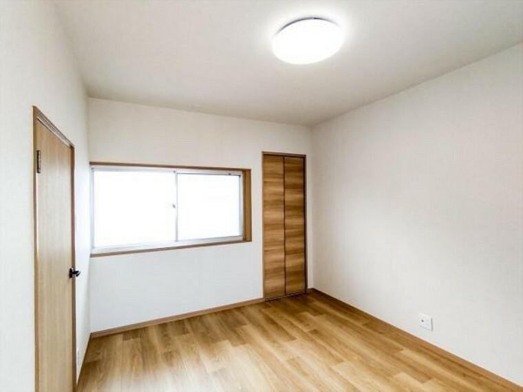 (リフォーム済)2階6帖洋室は天井・壁をクロス貼りにし、床をクッションフロア貼りにしました。お子様が墨汁や絵の具をこぼしてしまってもお手入れしやすいですよ。