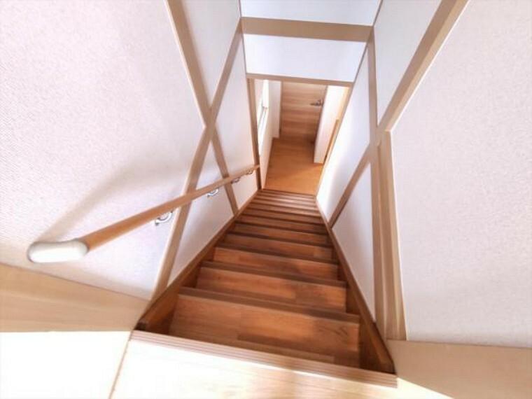 (リフォーム済)階段には新たに手すりと滑り止めを設置しました。小さなお子様やご年配のかたも安全に昇降できるよう配慮します。