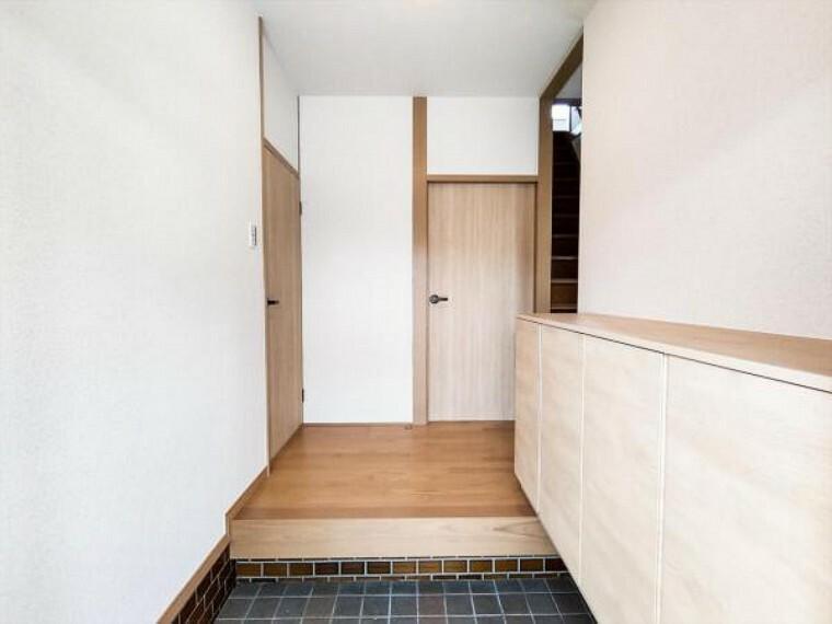玄関 (リフォーム済)玄関ホール・廊下は天井・壁のクロスと床材を貼替しました。木の温かみを感じさせる玄関先がお出迎えしてくれます。