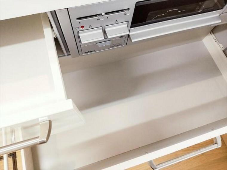キッチン (リフォーム済)新しく設置したキッチンの収納部は奥の物も取出しやすいスライド式キャビネットです。引出下部はレール付きで重いお鍋を入れても開け閉めしやすいですよ。