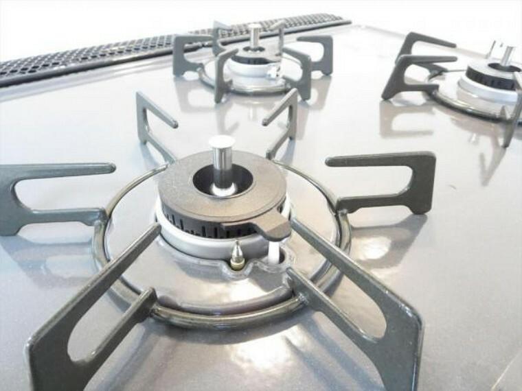キッチン (リフォーム済)キッチンの熱源はガスです。3口コンロがつきますので効率よく調理できますよ。全コンロSiセンサー付きで、過熱になったときは自動で消火してくれます。