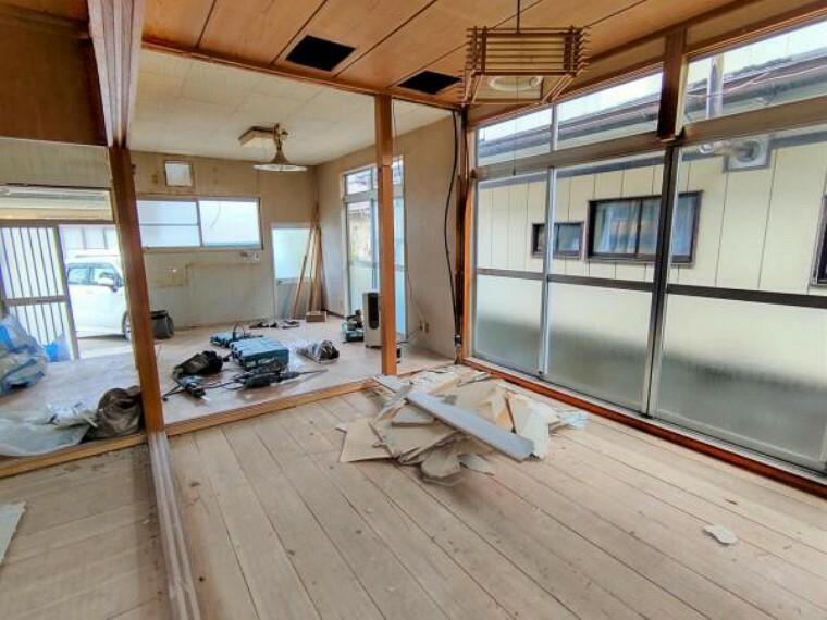 居間・リビング 【リフォーム中】キッチンと和室をつなげてLDKにします。床はフローリングの張替、壁と天井はクロスの張替を行います。広いリビングでの家族団欒の様子が浮かびます。