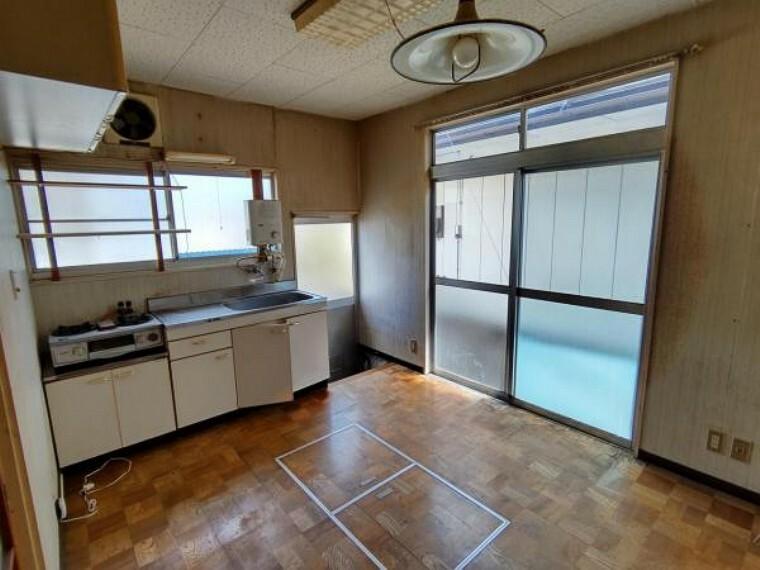 【リフォーム前】キッチンです。隣の和室とつなげてLDKにする予定です。