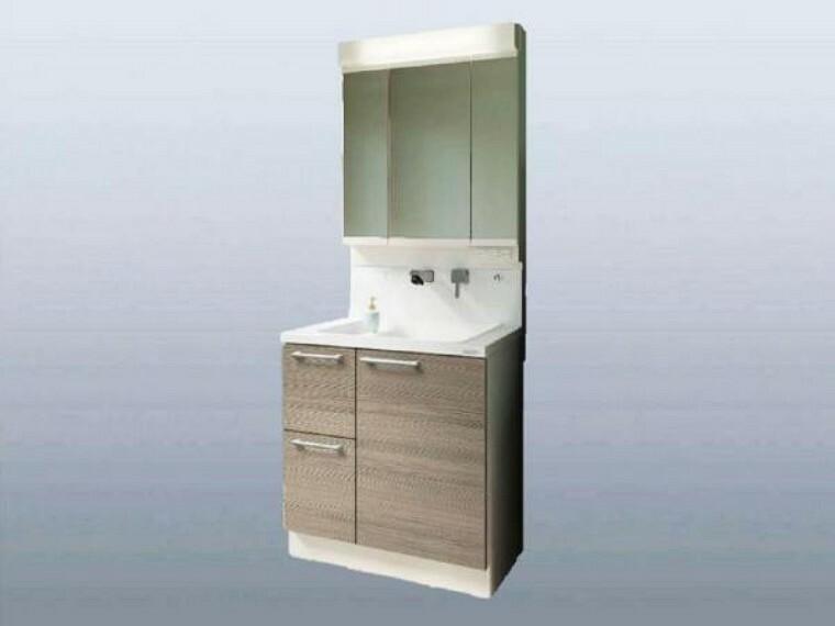 洗面化粧台 (同仕様写真)洗面台はハウステック製の三面鏡付きを新設します。鏡裏に収納スペースがあります。扉を閉じると三枚の鏡がフラットになりますので大きな一面鏡としても使えますよ。