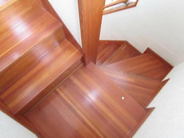 【リフォーム中】階段はクッションフロア張りにし、新たに滑り止めを設置します。お子様やご年配の方も安全に昇降できるよう配慮しています。(2021.5.22撮影)