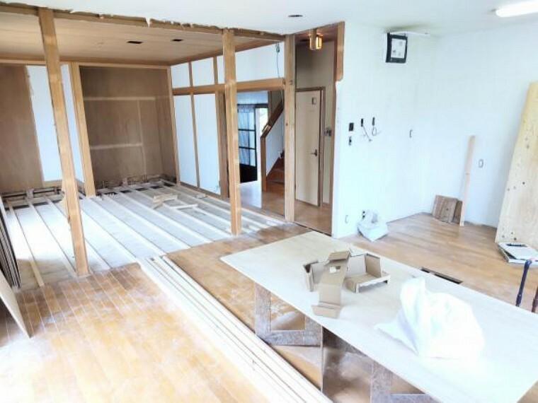 居間・リビング 【リフォーム中】リビングは8畳の和室と繋ぎ、LDKになります。天井・壁のクロス貼替、床材の貼替えを行います。(2021.5.22撮影)
