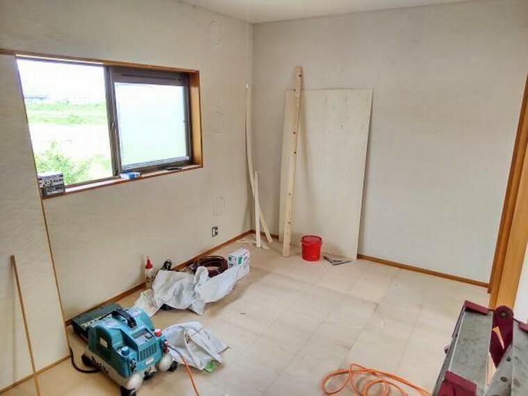 玄関 【リフォーム中】2階北側洋室は天井・壁のクロス貼替、床材の重張りを行います。照明器具も交換しますので、明るいお部屋になりますよ。(2021.5.22撮影)