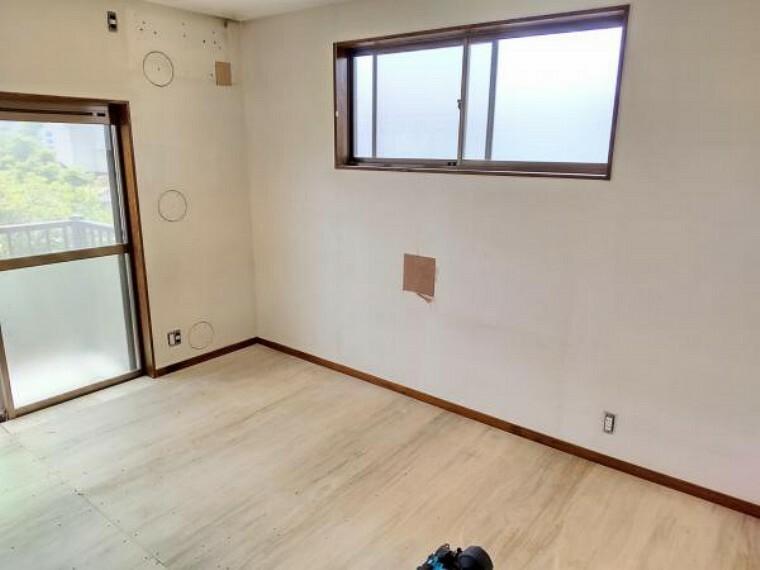 【リフォーム中】2階西側洋室は天井・壁のクロス貼替、床材の重張りを行います。(2021.5.22撮影)