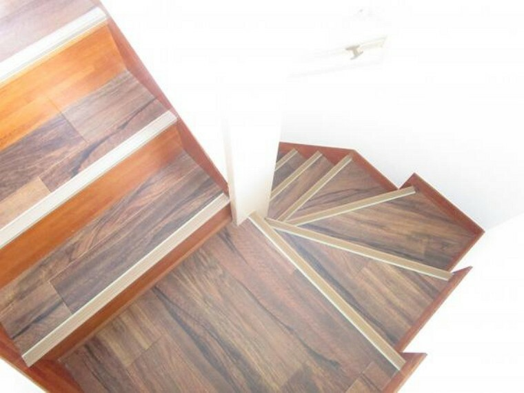 【リフォーム済】階段はクッションフロア張りにし、新たに滑り止めを設置しました。お子様やご年配の方も安全に昇降できるよう配慮しています。