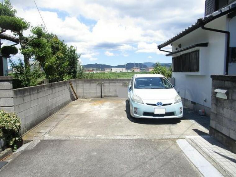 駐車場 【リフォーム済】物件南側だけでなく、北側にも駐車スペースがあります。並列2台駐車可能ですよ。