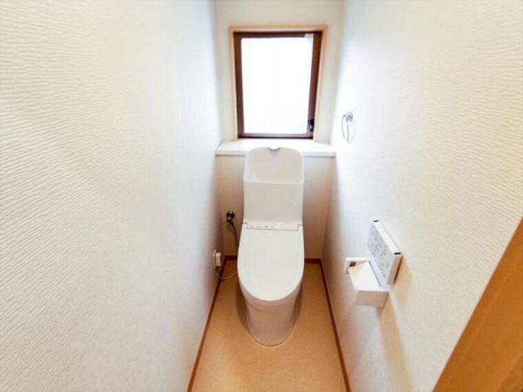 トイレ 【リフォーム済】TOTO製ウォシュレット付きトイレは天井・壁のクロスを貼り替え水に強くお手入れしやすいクッションフロア貼りにしました。温水洗浄付き便器に交換も行い清潔に仕上がりました。